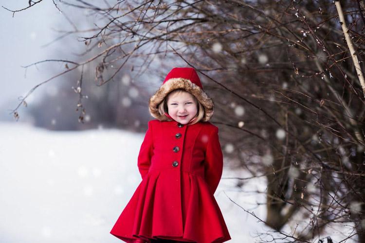 zimny portret dievcatka v zimnom cervenom kabate